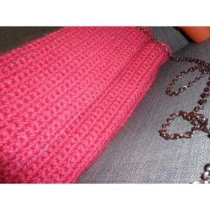 Ръчно плетена чанта в цвят малина.