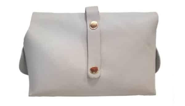 Малка кожена чанта с метални елементи